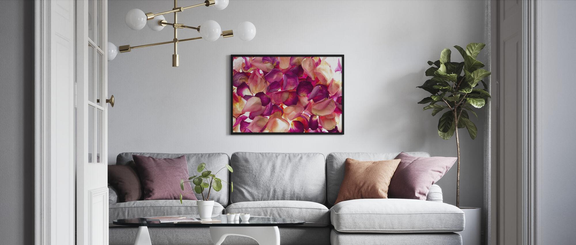 Bed van rozenblaadjes - Ingelijste print - Woonkamer