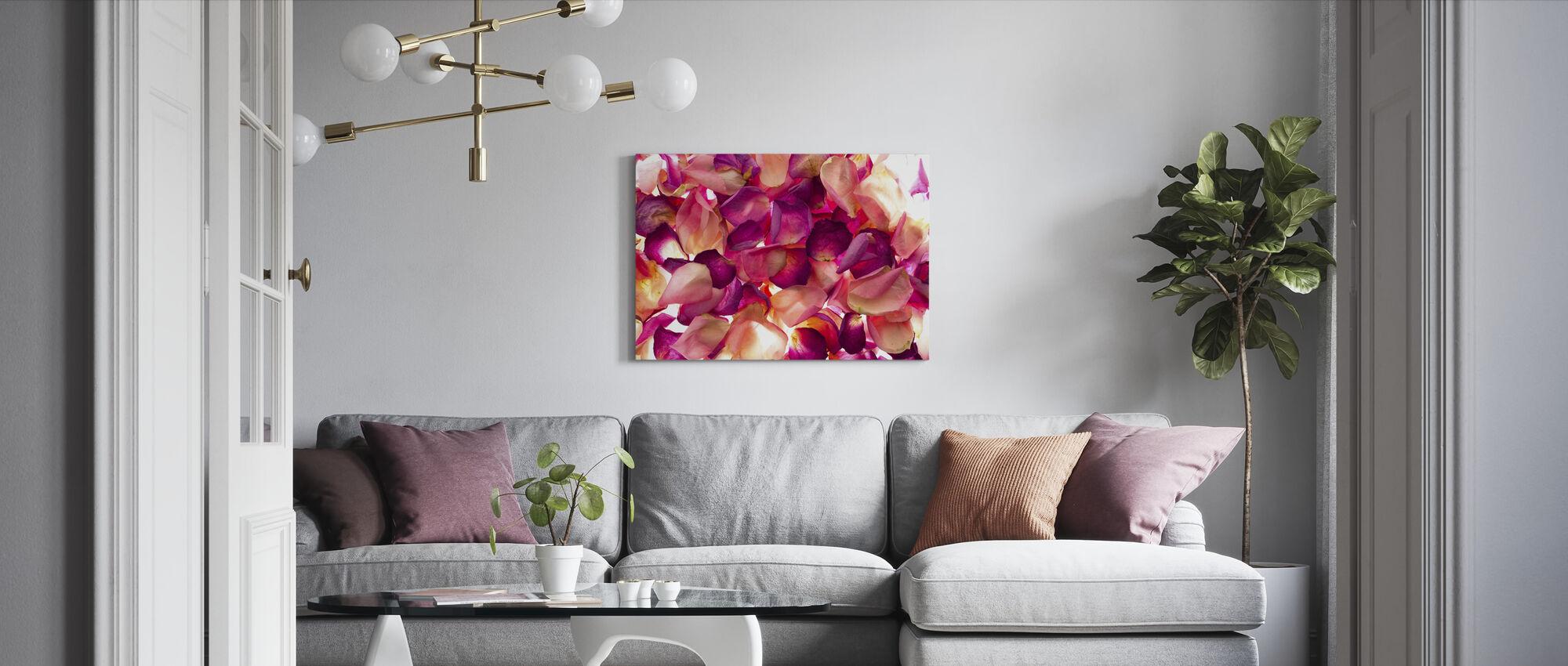 Seng av roseblader - Lerretsbilde - Stue