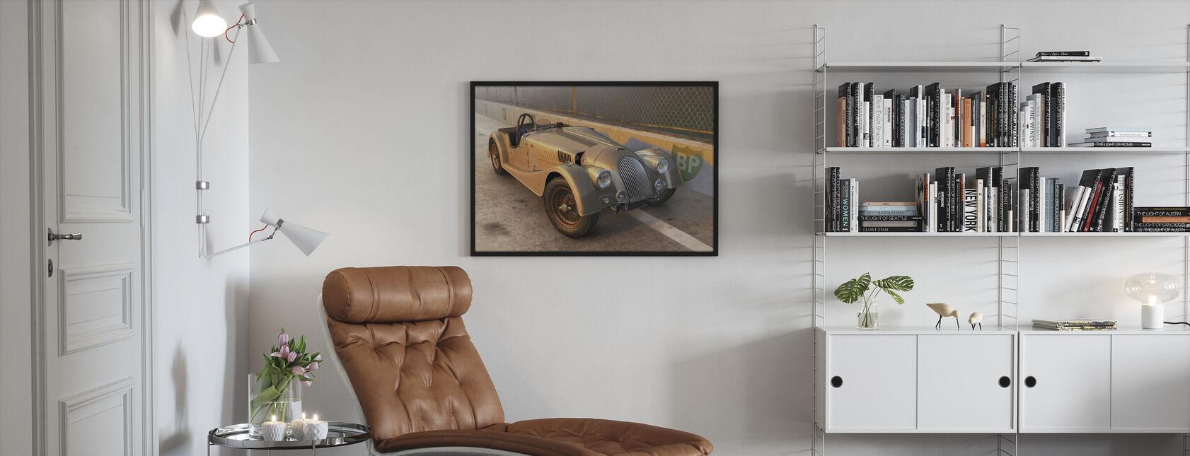Brittisk sportbil på spåret - Inramad tavla - Vardagsrum