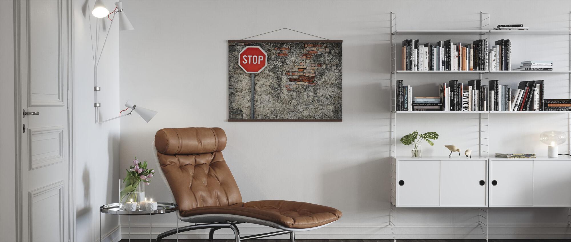 Stop teken tegen Grungy muur - Poster - Woonkamer