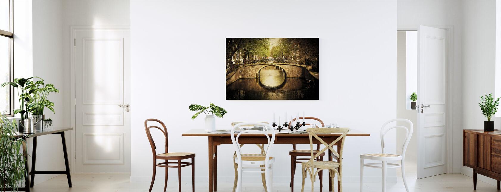 Romanttinen silta kanavan yli Amsterdamissa - Canvastaulu - Keittiö