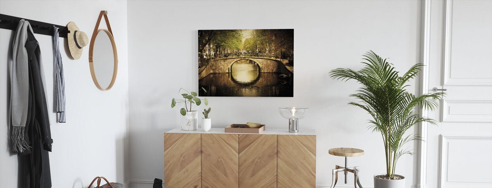 Romanttinen silta kanavan yli Amsterdamissa - Canvastaulu - Aula