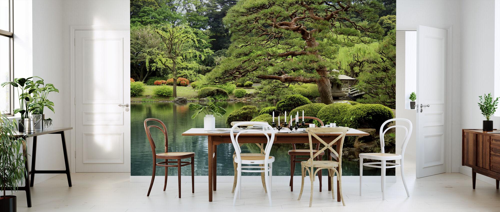Rolig Zen Lake og Bonsai Træer i Tokyo Garden - Tapet - Køkken