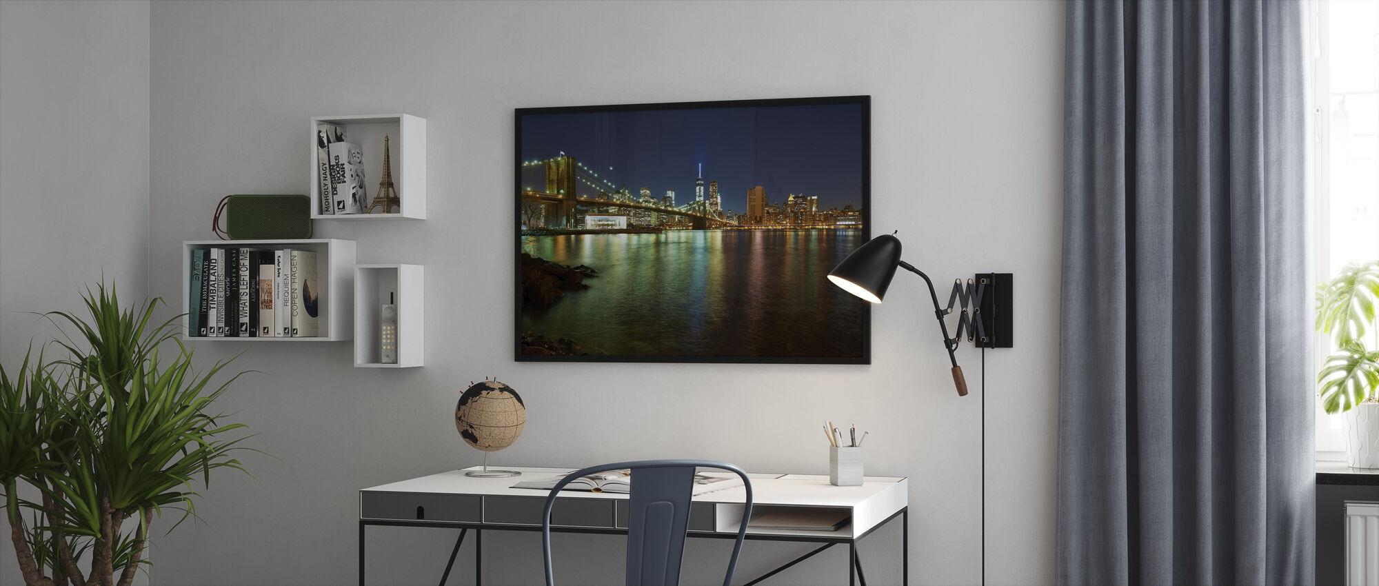 New Freedom Tower och Brooklyn Bridge - Inramad tavla - Kontor