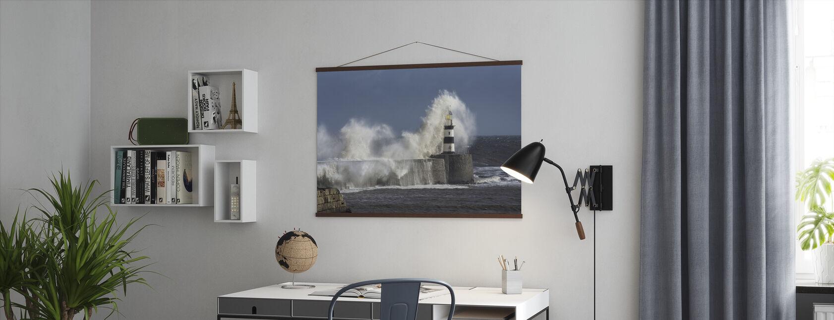 Rough Sea vid Seaham fyr i England - Poster - Kontor