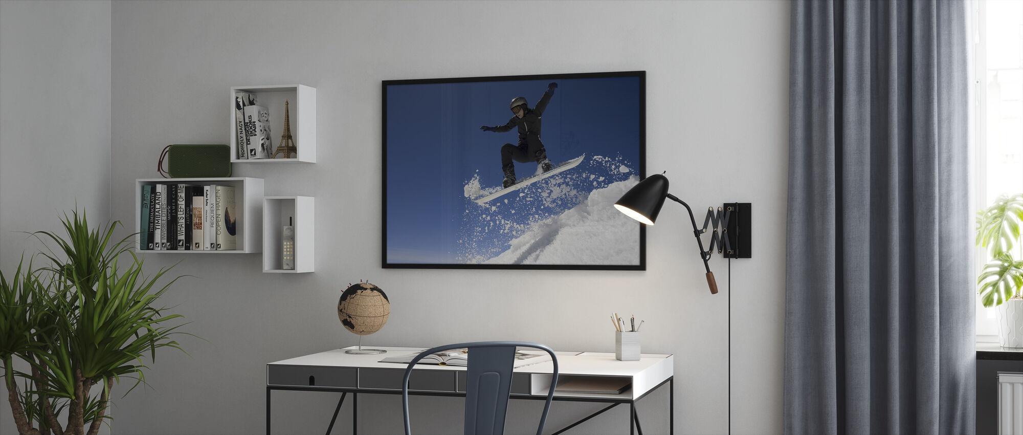 Lumilautailija hyppää ilmassa - Kehystetty kuva - Toimisto