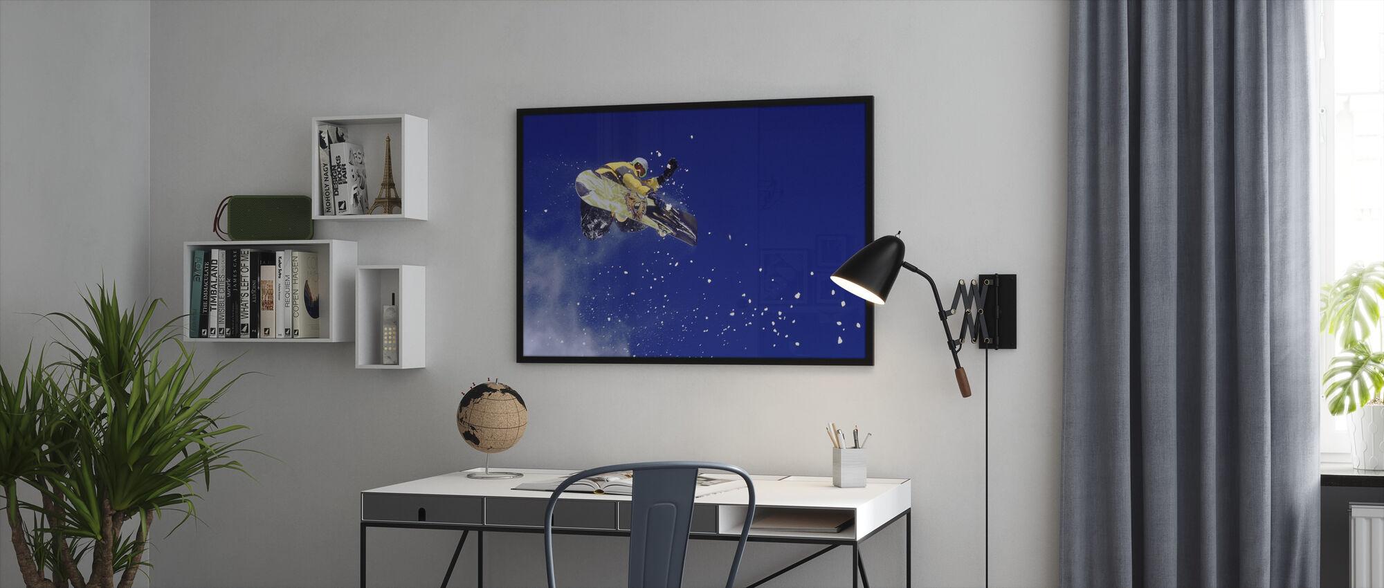 Ilmassa oleva lumilautailija - Kehystetty kuva - Toimisto