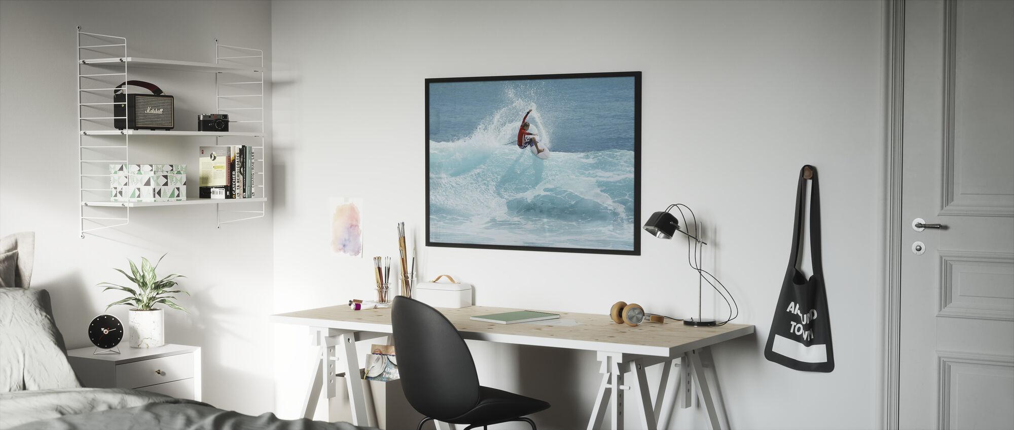 Surffaaja veistämällä Top of Aalto - Kehystetty kuva - Lastenhuone