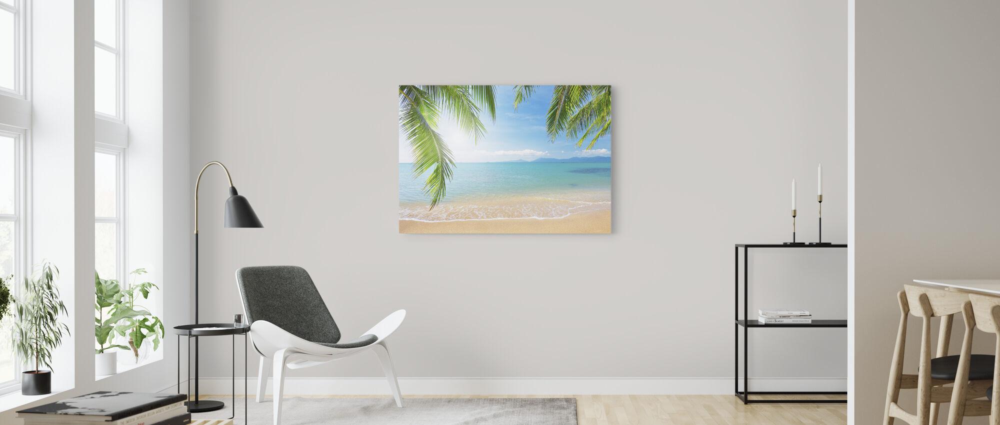Tropisk utsikt från under ett palmträd - Canvastavla - Vardagsrum
