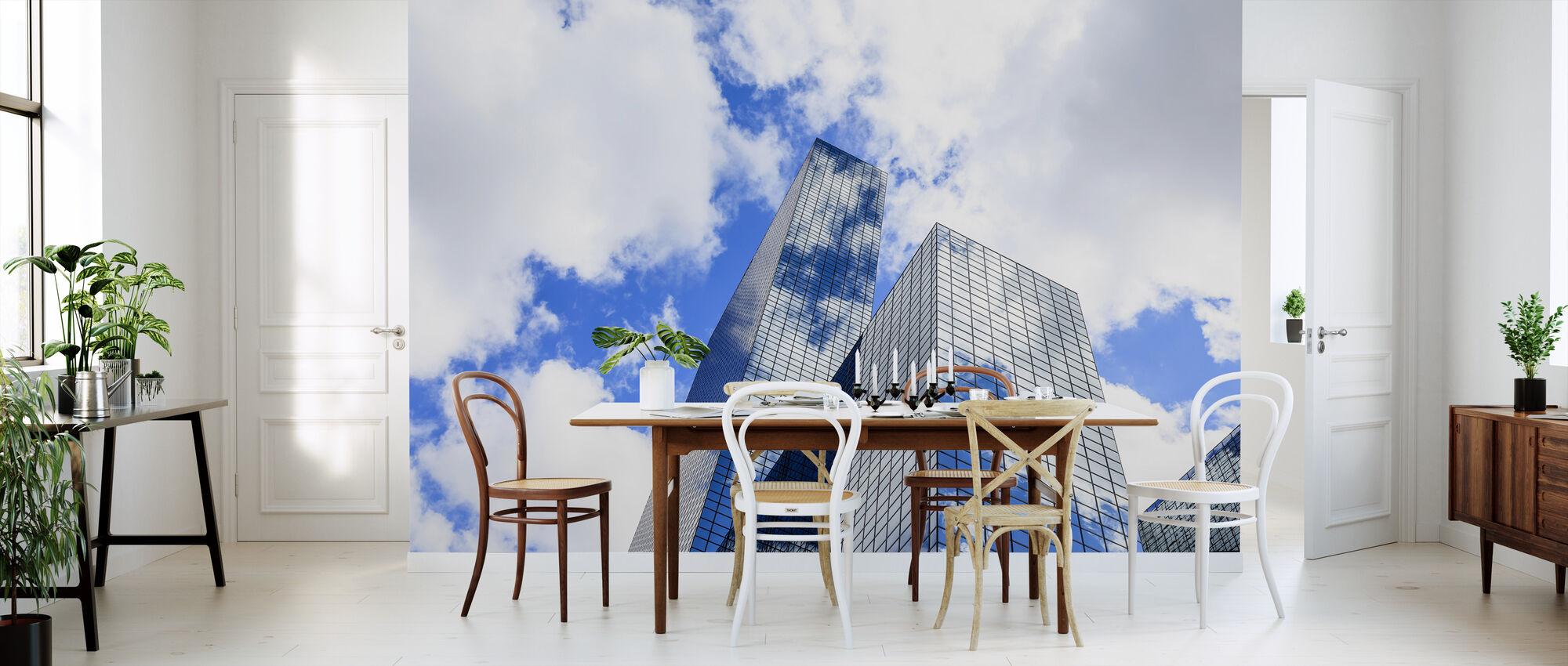 Wolken gereflecteerd in een moderne glazen gevel - Behang - Keuken