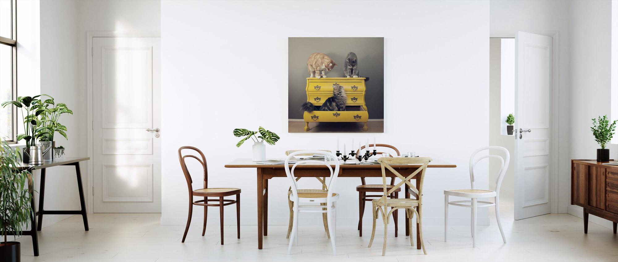 Møte i et gult byrå - Lerretsbilde - Kjøkken