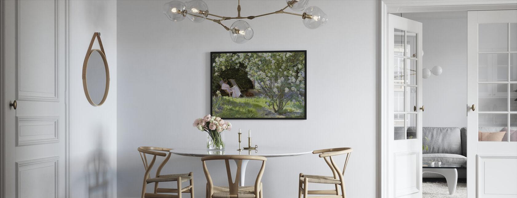 Kunstnerens kone i haven på Skagen - Peder Severin Kroyer - Indrammet billede - Køkken