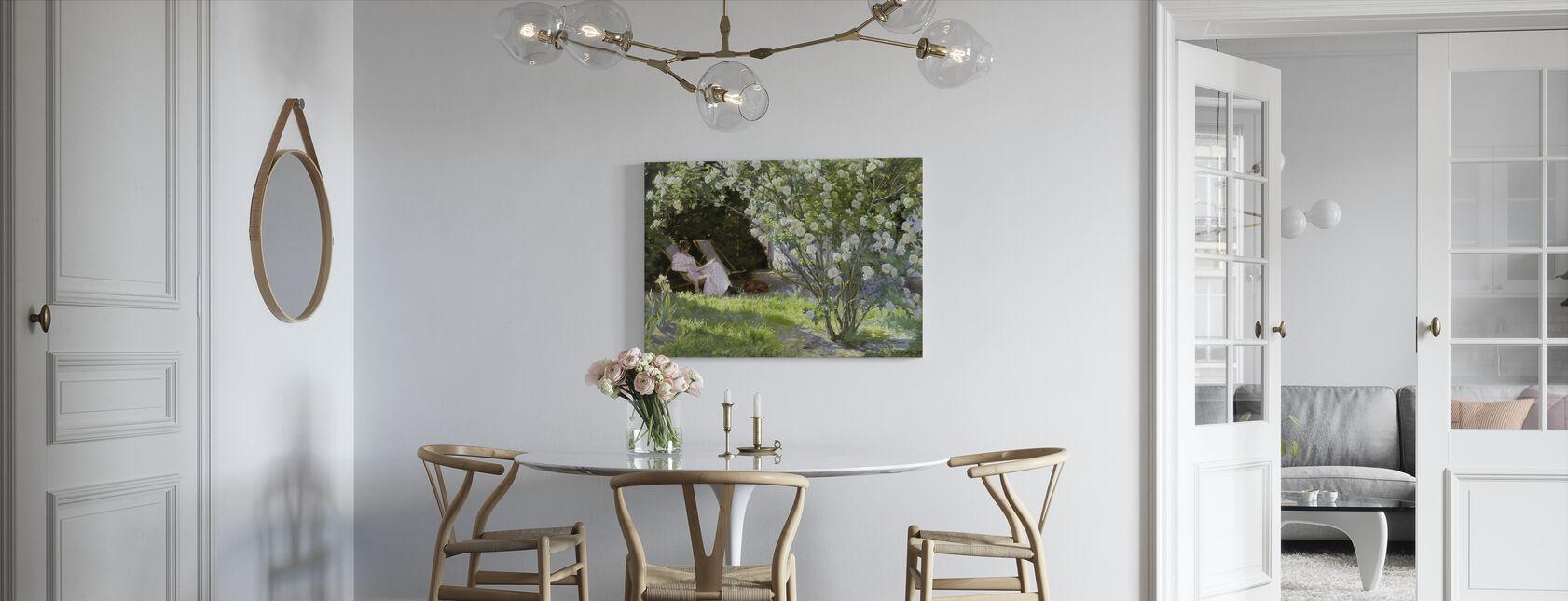 Kunstnerens kone i haven på Skagen - Peder Severin Kroyer - Billede på lærred - Køkken