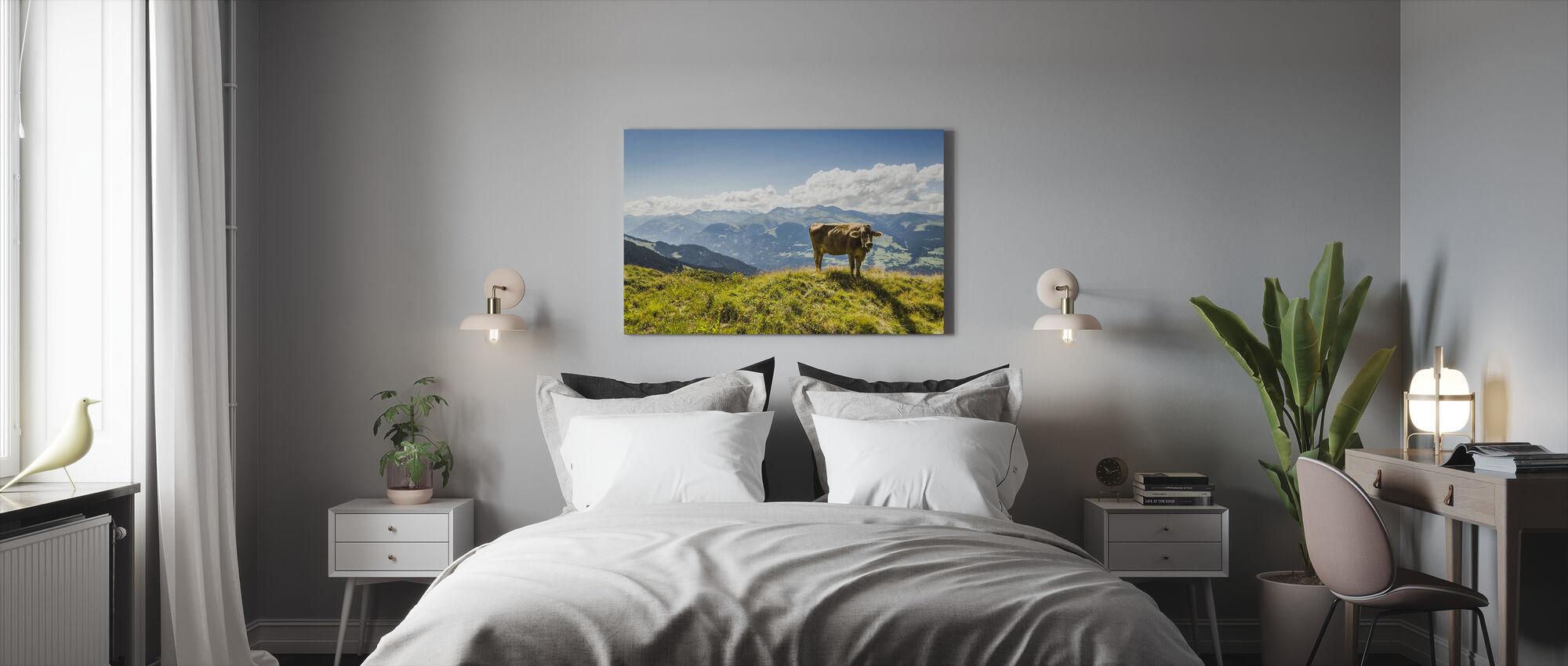 Ko bete på gräsbevuxen sluttning - Canvastavla - Sovrum