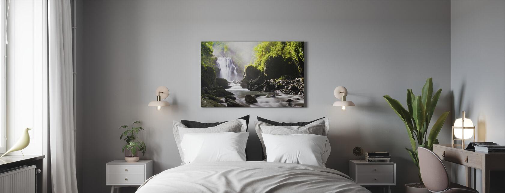 Auringonsäteitä vesiputous - Canvastaulu - Makuuhuone