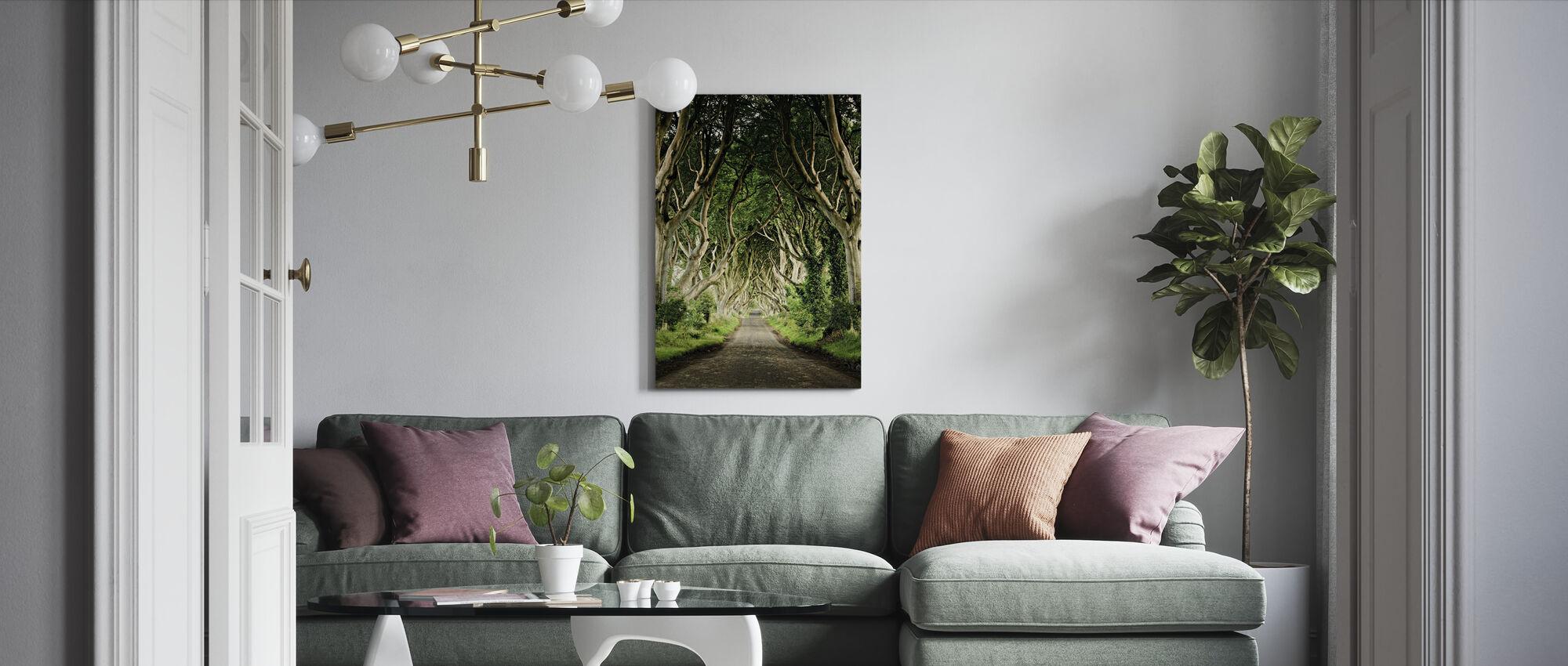 Tummat pensasaidat - Canvastaulu - Olohuone