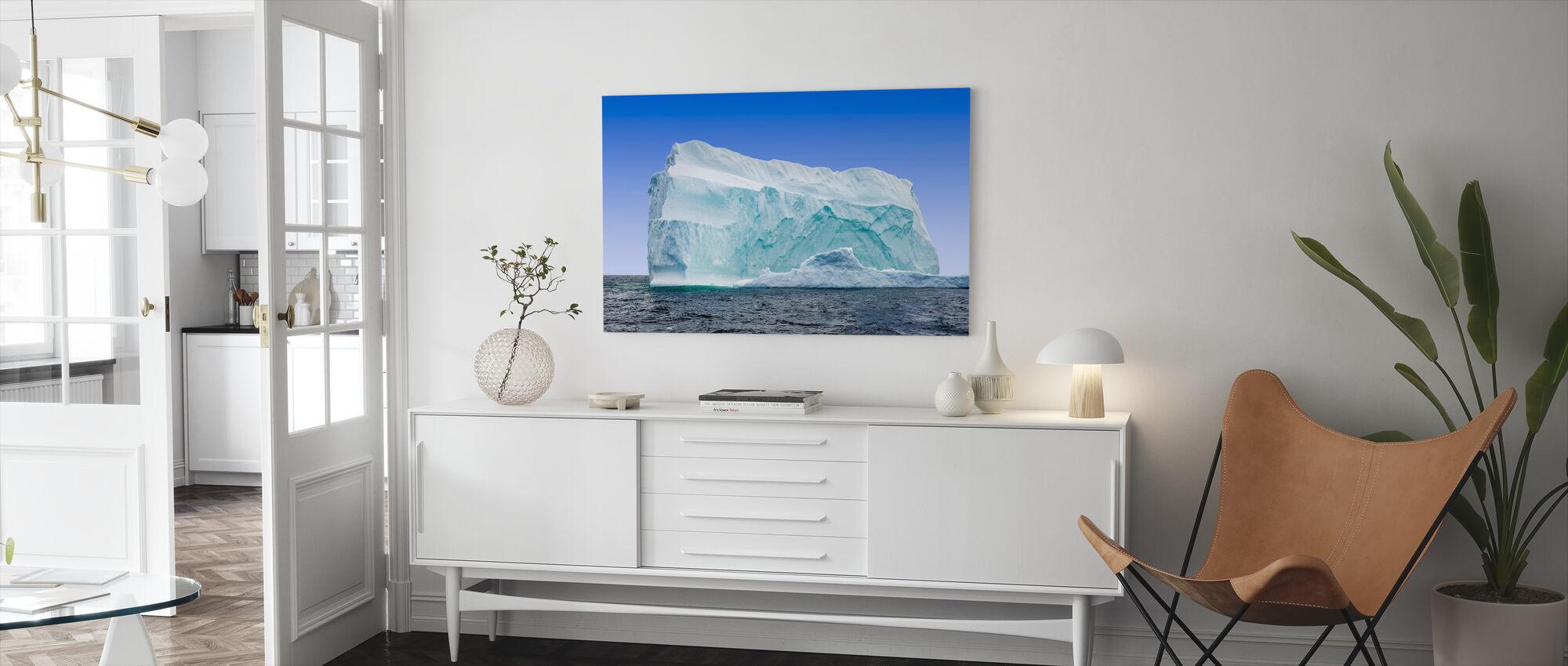 Jäävuori Newfoundlandin rannikolla - Canvastaulu - Olohuone