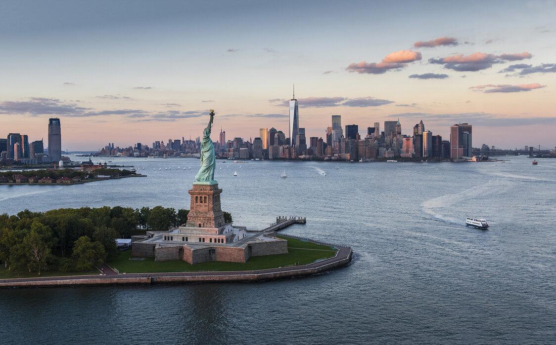 Aerial View Of Statue Of Liberty Uberraschen Sie Mit Einem Leinwandbild Photowall