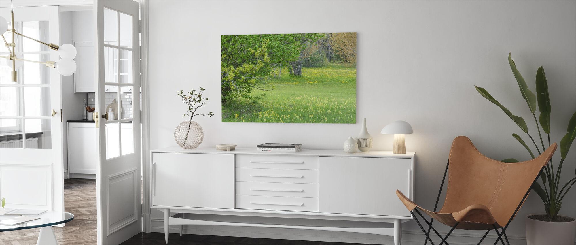 Kevät kukat niityllä - Canvastaulu - Olohuone