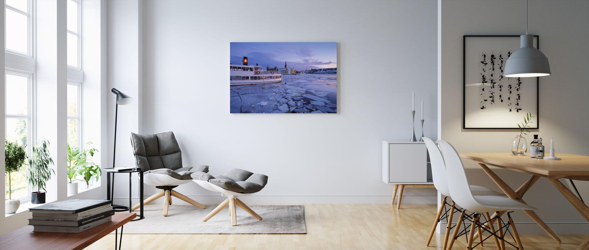 Skärgårdsbåt i is täckt Riddarholmen - Canvastavla - Vardagsrum