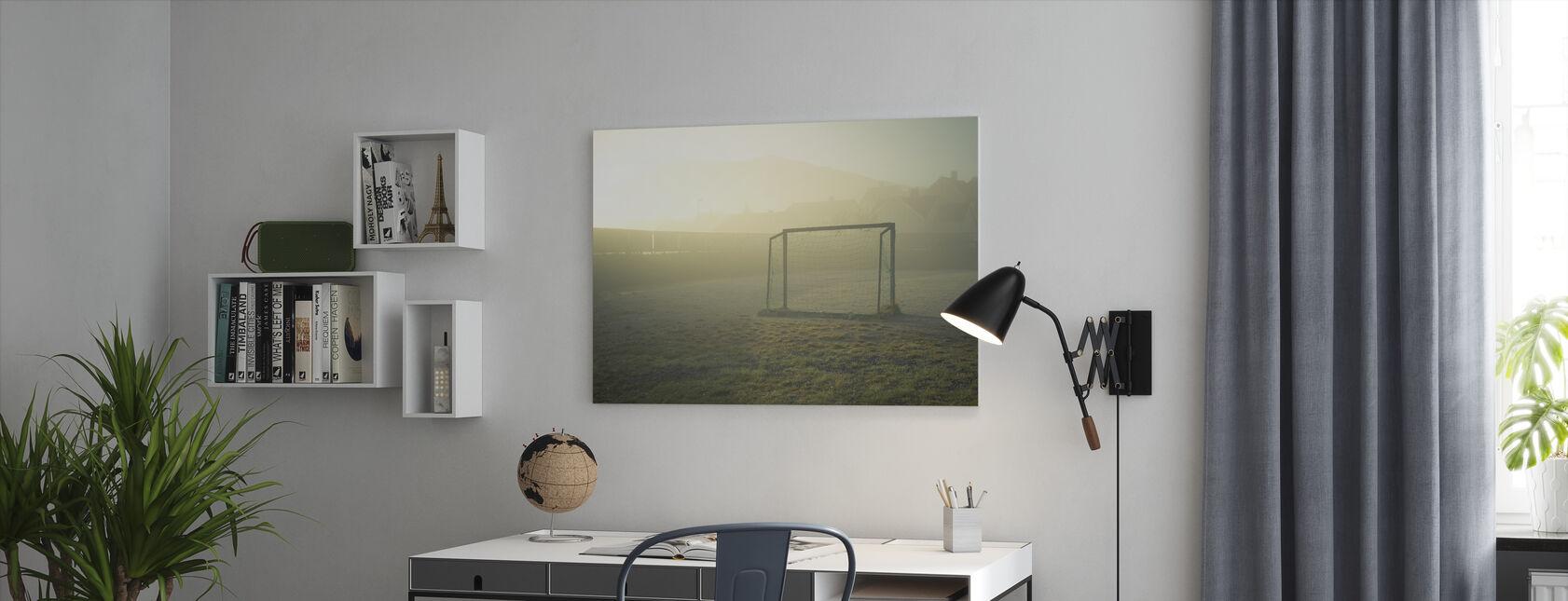 Jalkapallokenttä auringonvalossa - Canvastaulu - Toimisto
