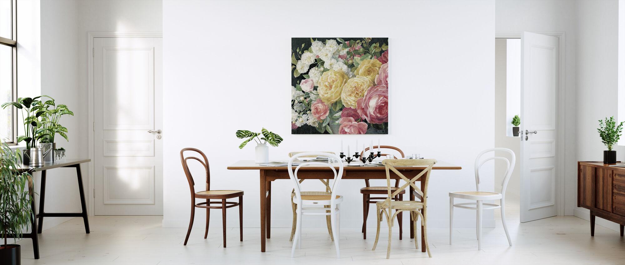Antikke roser på sort - Lerretsbilde - Kjøkken