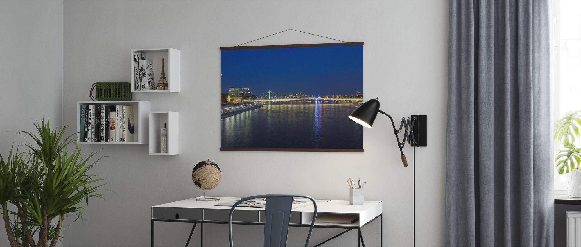 Kaupungin valot heijastus - Juliste - Toimisto