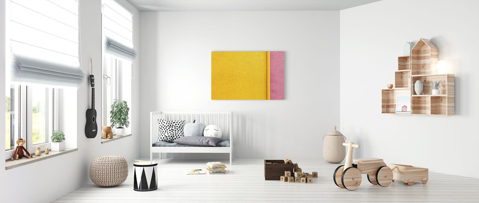Keltainen ja vaaleanpunainen seinä putkella - Canvastaulu - Vauvan huone