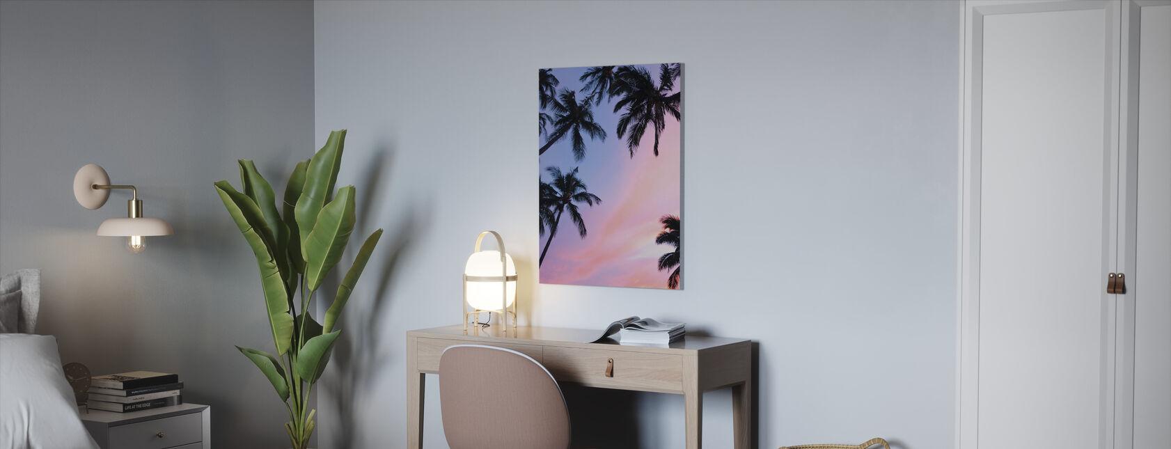 Palmu ja värikäs taivas - Canvastaulu - Toimisto