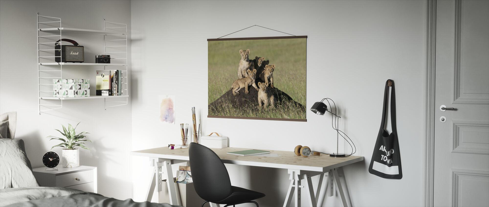 Lion Cubs Sitter - Poster - Kontor