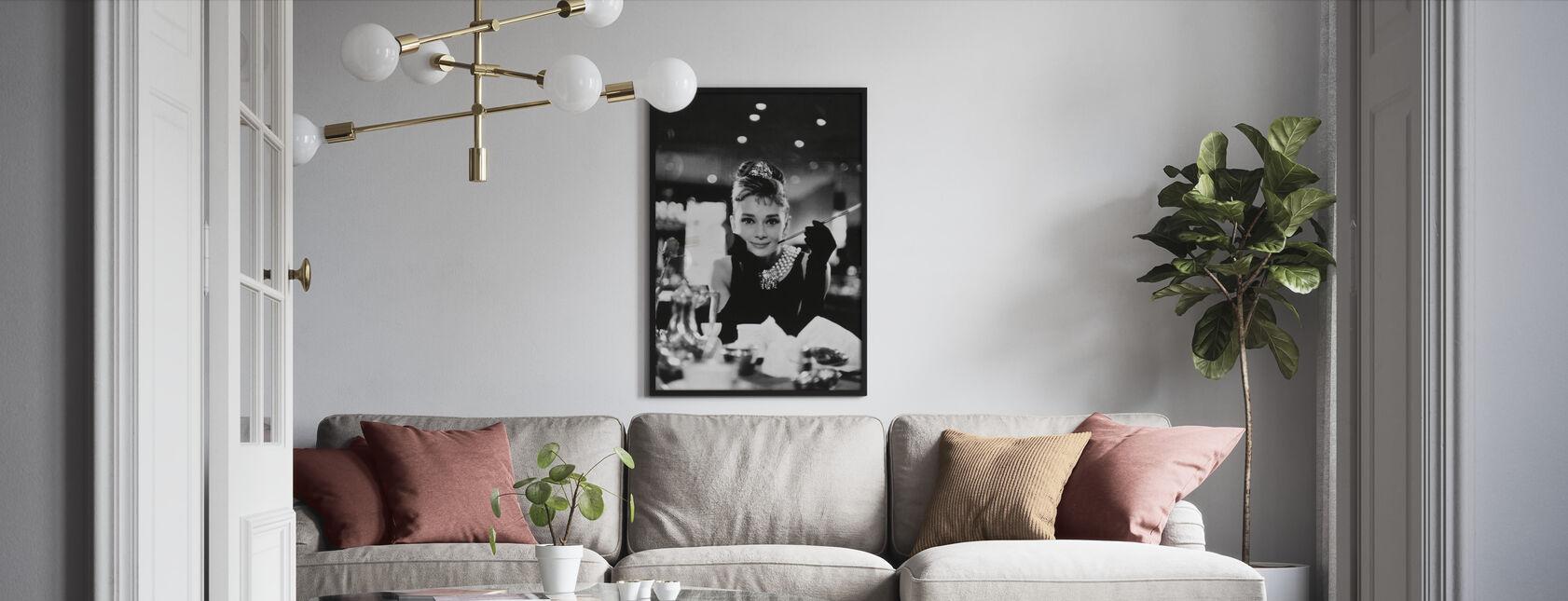 Audrey Hepburn im Frühstück bei Tiffanys - Gerahmtes bild - Wohnzimmer