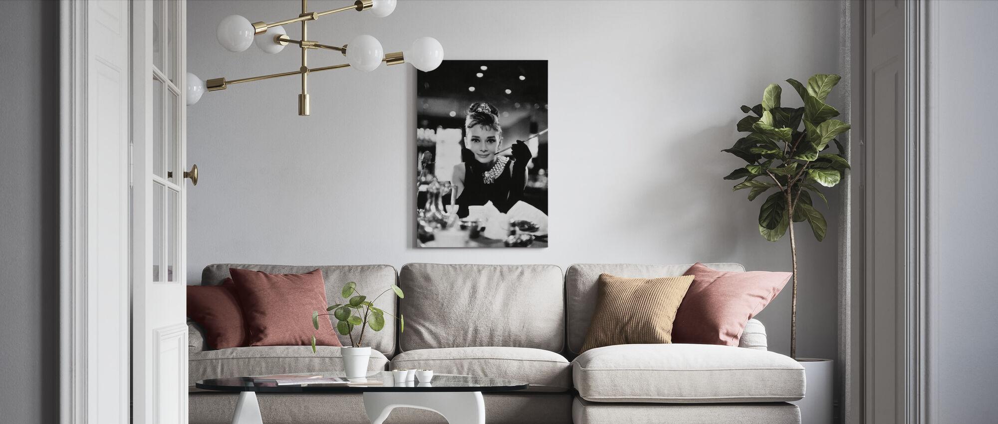 Audrey Hepburn bij ontbijt bij Tiffanys - Canvas print - Woonkamer