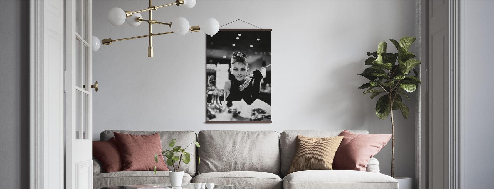 Audrey Hepburn im Frühstück bei Tiffanys - Poster - Wohnzimmer