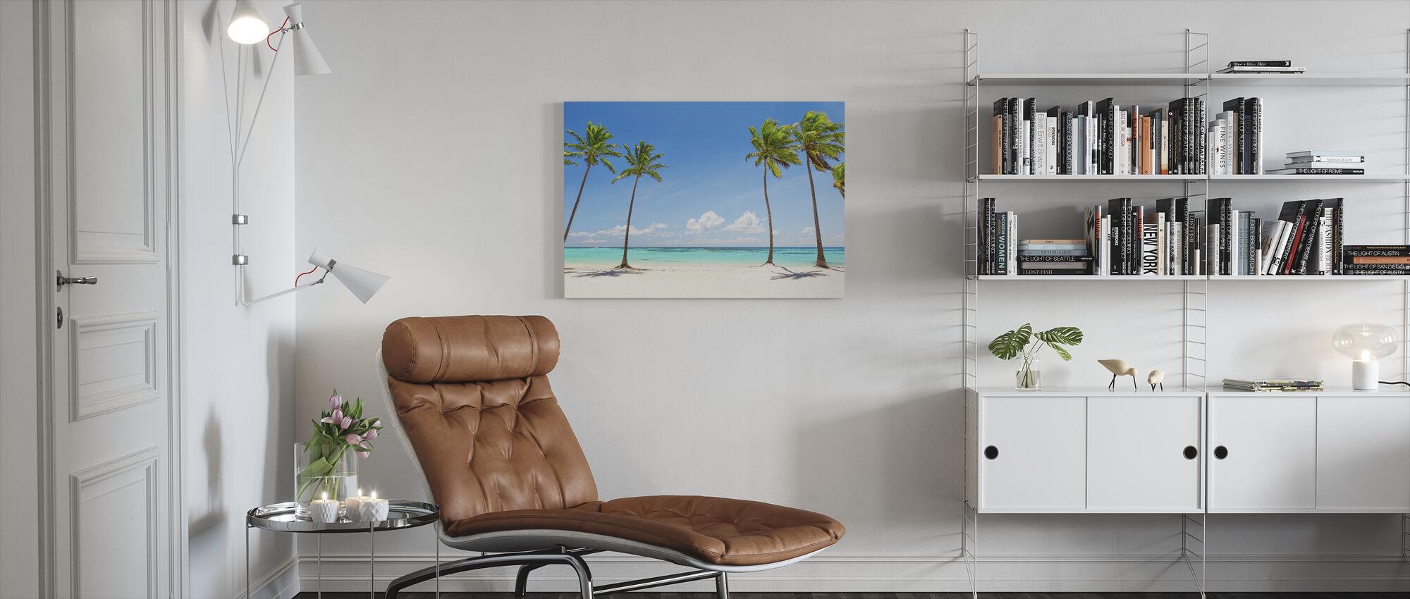 Palmuja valkoisella rannalla - Canvastaulu - Olohuone