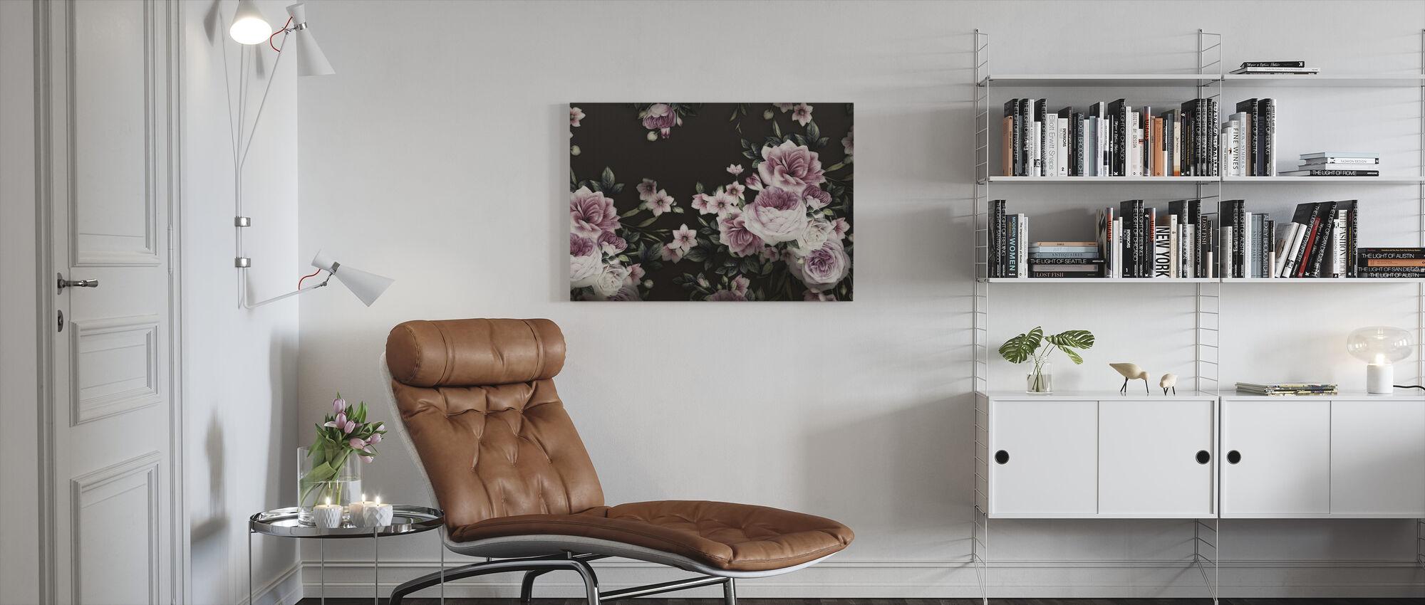 Vaaleanpunaiset ruusut mustalla taustalla - Canvastaulu - Olohuone