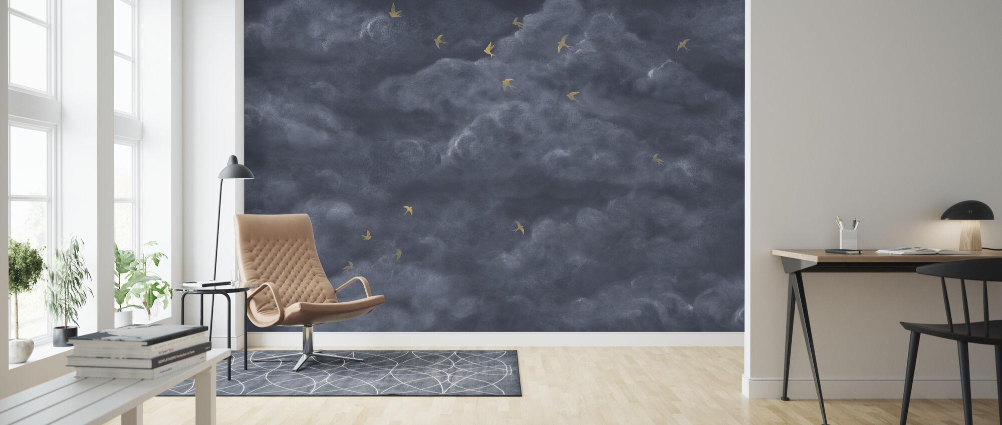 Tender skyer med gule svaler - mørk blå - Tapet - Stue