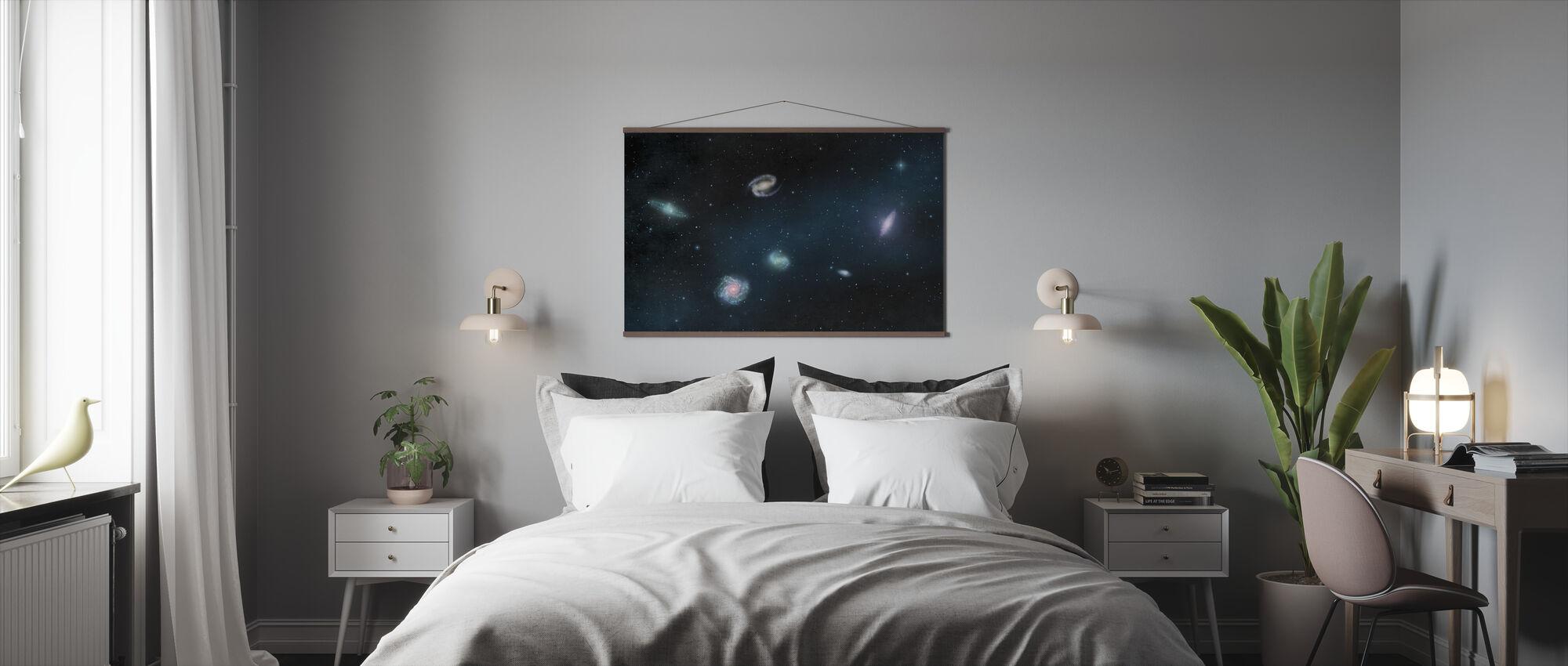 Tummin pimeä - Galaksit - Juliste - Makuuhuone